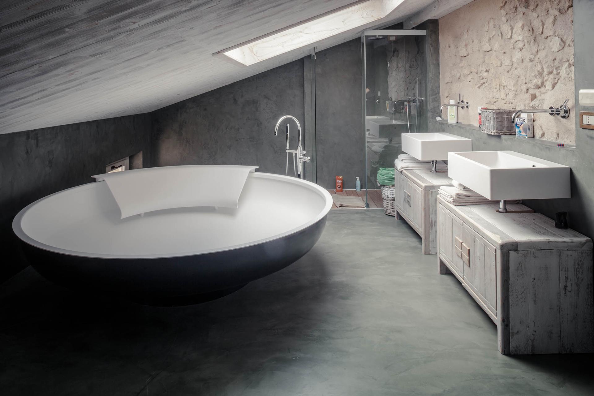 bagno sottotetto corte rustica