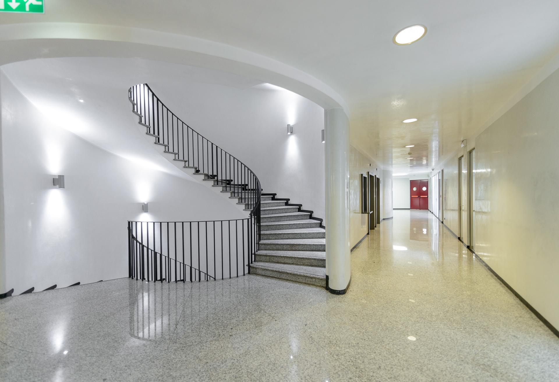 scale ingresso sede direzionale società assicurazione