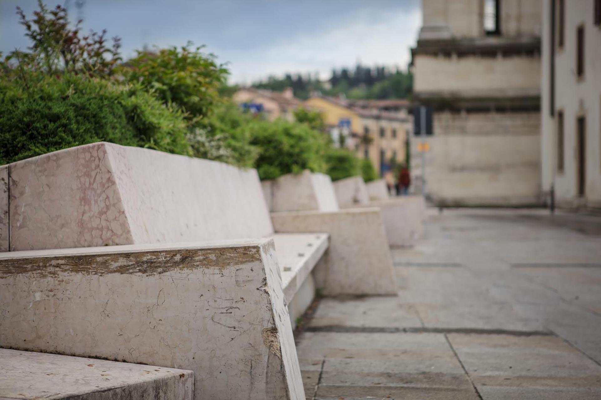 sedute piazzetta San Giorgio in Braida