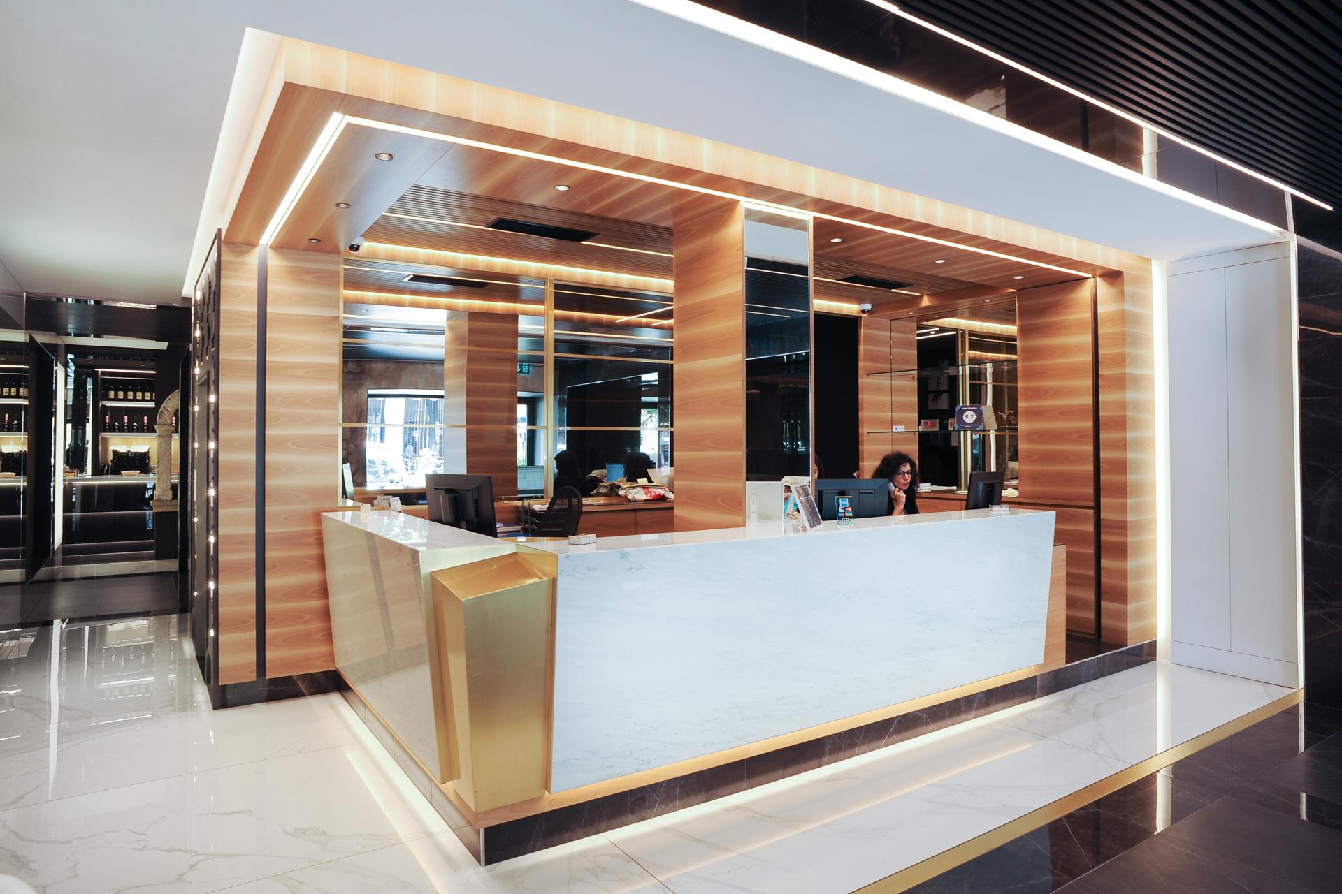 banco reception calacatta ottone legno hotel mastino
